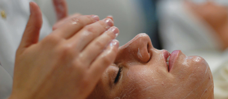 A woman receiving a face massage. Are you interested in taking an Advanced Esthetics Program in Everett? Call Paroba today!